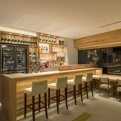 【バーコーナー】夜景を眺めるカウンター席とちょっぴり背の高いバーカウンター。食事と一緒にお酒をお愉しみ頂けるロケーションです。1名様からご利用可能なカウンター席