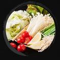 【野菜へのこだわり】糸島の野菜を贅沢にも朝採り限定で仕入れ、糸島の自社工場で密閉した野菜を、毎日、各店まで低温輸送しております。 日本一の売上を誇る農家直売所『伊都菜彩』を通じ、指定農家様から毎日仕入れるキャベツ・ニラ・ごぼう・えのきは、生産者の顔もしっかりと見え、安心して美味しい新鮮な野菜です!