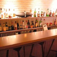 エントランスの奥には隠れ家的なBarスペースのご用意がございます。しっとりとお酒を楽しみたい時に。