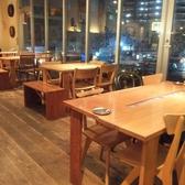 【スモークカフェ】窓側の人気のテーブル席