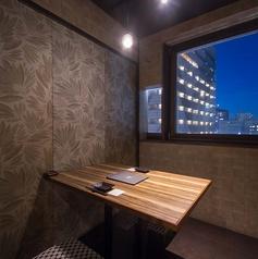 上質な空間の完全個室のお席ですのでデートなどのシーンにも最適です。完全個室のお席ですので他のお客様を気にされることなくお楽しみ頂けますのでお席でゆったりと楽蔵自慢の炙り料理や和食とともに、お料理との相性も抜群の日本酒や焼酎などのお酒をご堪能ください。