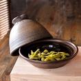 【燻製枝豆】茹でたての枝豆も美味しいですが、燻製にすることで香りがぐっと増します。スモークの風味に負けることなく枝豆特有の香りと旨味!そこにスモークの風味がバランス良く交じり合い、非常に癖になる味に仕上げました。
