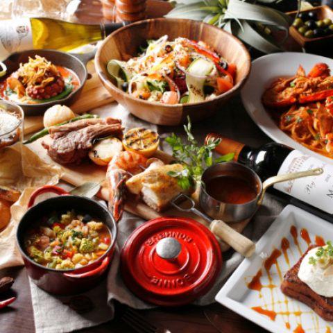 メニューは季節ごとに厳選した旬食材や、南仏野菜などの高級食材を使用。「国産牛フィレ肉のグリルロース」、鮮魚の「アクアパッツァ」やフレッシュな野菜たっぷりの「シェフおすすめ旬野菜のサラダ」など、欧州やニューヨークのトレンドを取り入れたモダンアメリカンをお楽しみいただけます。