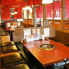 赤い暖簾で区切られたテーブル席は少人数でもプライベートに利用いただけます。