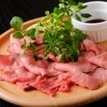 柔らかく脂肪の少ない赤身の多い内モモ肉を使用した自家製ローストビーフ