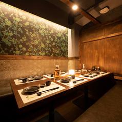 個室への通路、お部屋までの臨場感も大切にしております。扉付きの個室となりますので、ご接待や会食、記念日などプライベートな空間でお食事や商談をお愉しみいただけます。