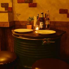 オシャレな隠れ家バルで飲んでるような樽テーブル♪お酒が進みます。高田馬場で時間を忘れるくらいの居心地の良さをぜひ一度体験してください。 デートは勿論、誕生日や記念日、女子会、合コンにも最適です。