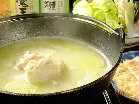 玄界灘の新鮮旬魚も豊富に取揃え。濃厚白濁スープの水炊き,利尻昆布ダシの鴨鍋も自慢