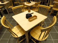 2名~4名様用の、居心地バツグンのテーブル席。ワイン片手に料理と会話を楽しめます。