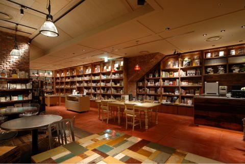 お店の中には沢山の本やCDを展示しています。ぜひ読書などを楽しみながら自分の時間をお過ごしください。おすすめの本などはスタッフにお気軽にお尋ねください。