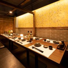 ご接待や記念日など、大切なご会食にも最適な個室空間。扉付きの個室となり、プライベートなお食事にも安心してお過ごしいただけます。品がありながらも和める場となっております。