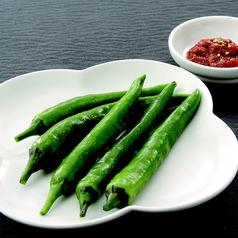料理メニュー写真ニンニクスライス/ 青唐辛子 / ゴマの葉