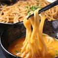 【ちゃんぽん麺へのこだわり】浜やのもつ鍋スープがしっかり絡む様に独自製麺されたちゃんぽん麺。スープが絡んでもコシが残り、ピチピチで食感も抜群。