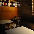 他の席より高い位置となりプライベート感を担保!片側がベンチソファーシートとなった寛ぎ空間。テーブルは最大12名様までご利用可能。全ての席をグループで独占すれば、プライベートな空間でのお食事をお楽しみいただけます。
