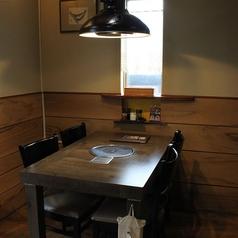 4人掛けテーブル席が2つの個室です