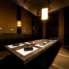 常に暖かな照明が包みこんでくれる広々個室空間に、落ち着いた雰囲気のお席も♪ゆったり掘り炬燵式個室もあります。女子会、合コン、誕生会、歓送迎会、各種宴会に最適!貸切も承ります。最大100名様まで対応♪お気軽にご相談下さい。【新横浜駅徒歩1分 新横浜全席個室居酒屋 鶏蔵 新横浜店】