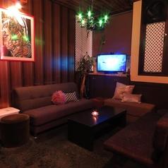 少し暗めの空間が雰囲気を引き立てる。ゆったりとお寛ぎ頂ける人気のソファー席です。