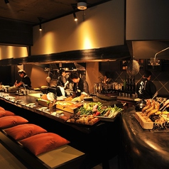 磯と炭の香りにお酒も進むオープンキッチンのカウンター席では職人技を間近でご覧頂けます。当店のカウンター席は一人飲みのお客様に人気です。