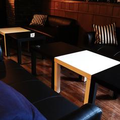 店内最奥には壁側がベンチソファーシートのテーブルをご用意。人気のソファー席♪壁にはスタイリッシュなアートが掛かるハイセンスな空間☆クッションをご用意しているので、疲れた背中をゆったり預けてお寛ぎいただけます。まったり楽しむ女子会におすすめです♪