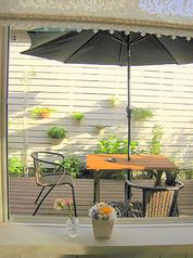 【期間限定】3~4月、9~10月中のみ。緑に囲まれながらの食事が楽しめるテラス席。