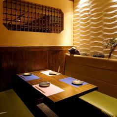 難波駅すぐの居酒屋です。少人数様向けテーブルのお席をご用意しております。和を基調とした間接照明と、木のぬくもりを感じる落ちついた雰囲気は、当店自慢の和食料理にピッタリ。食べ飲み放題コース2700円~ご用意ししておリます。どうぞご賞味ください。