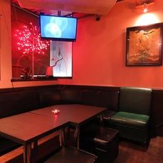 人数やシーンに応じて稼働できるテーブル席。おすすめは飲み放題×歌い放題付きのプランです◎