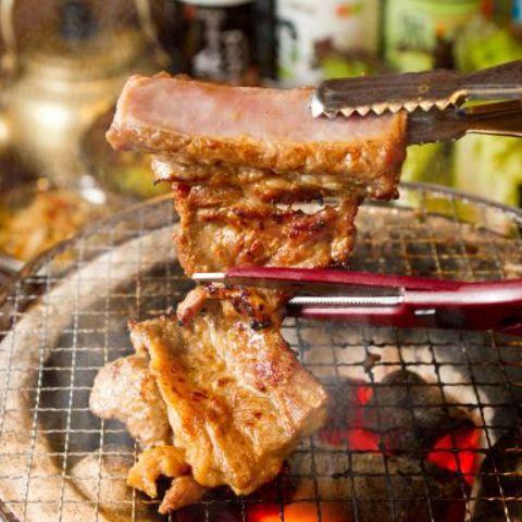 【骨付き豚カルビセット】骨付き豚カルビ+ネギサラダ+サンチュ+ニンニク焼き+焼きキムチ+特製タレ付き!!