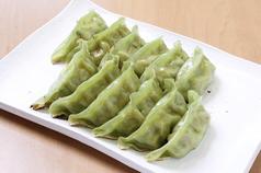 ほうれん草パウダーを混ぜ込んだ皮を使用した緑色の餃子!焼海老餃子