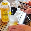 【4】炭酸が飛ばないよう丁寧に注ぎます。ボトルごと冷やしたウイスキーもポイント。