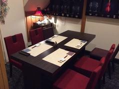 【1F】カウンター席をなくし、大人気のテーブル席を設置しました。ゆったりと寛いでいただける空間をご用意。