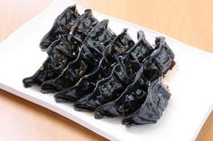竹炭パウダーを混ぜ込んだ皮を使用した真っ黒い餃子!!焼辛辛餃子