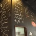 黒い壁がおしゃれに描かれています。落ち着いた雰囲気の中お食事を楽しんでください♪