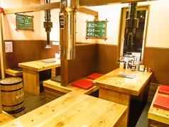 ベンチ式になっているテーブル席は広々ゆったりとお食事を楽しむことができます。