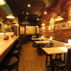 2名様以上の方はテーブル席がおすすめ♪落ち着きのある店内で本格ベトナム料理と美味しいお酒をお楽しみください◎