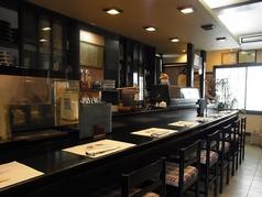 当店自慢のカウンター席はひとりでも気兼ねなく訪れてゆっくりお酒を楽しむことができる。また、お店の雰囲気も楽しめるのでおすすめです。