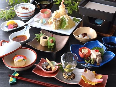 四季折々の日本庭園を眺めながら、優雅にゆばを使った料理を味わうことができる。