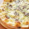 料理メニュー写真挽肉とクリームチーズのクリームソースピッツァ