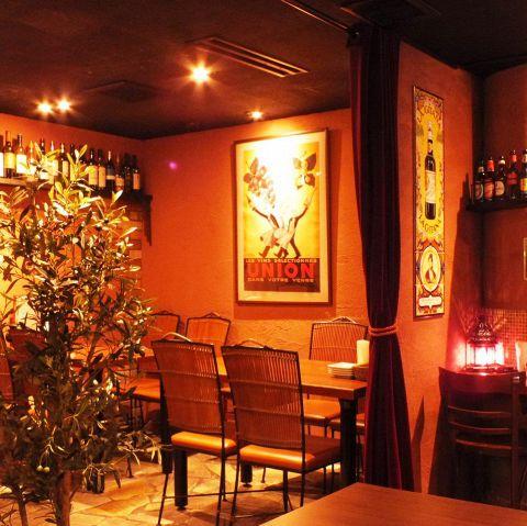 基本的に4名席を中心に 7卓ご用意しています。テーブルは稼働の為アレンジ出来ます。団体でもOK 土壁ランプが時間を忘れさせてくれます。ラテン音楽とクラブ音楽がいりまぎり、楽しく食事も飲みも、飲めない方も気軽に楽しめる空間