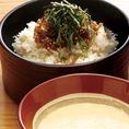 【名物 じゃことろ飯】厳選国産米を自慢の大釜でふっくらと炊き上げ、旨みをぎゅっととじこめた白米と、山椒のきいたじゃこをまぶして国産つくね芋のとろろで食べる自慢の絶品ご飯♪