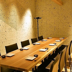 8名様~10名様ご案内可能な完全個室。大切なご接待で是非ご利用ください。チャージ⇒1,000円税込価格。※コース料理ご注文の場合は頂いておりません。個室料⇒1部屋につき1,000円※ディナータイムのみ