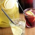 お酒が苦手な女性にも嬉しいワインをアレンジしたメニューも取り揃えております。特に人気は、ワインをフルーツなどで割った自家製サングリア!赤、白をご用意。サングリアはロック以外にもオレンジ割や、ソーダ割にする事も可能。その他、ワインカクテルなども多数ご用意しております。