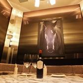 ◆《ホース》~10名様まで対応◆ 2名様でも広すぎない、Lで最も小さな個室です。スタイリッシュな雰囲気と、布張りソファが特徴のお部屋です。オシャレで上質な空間は、デートや記念日にもぴったりです。 ※12月は最低保証金5万円にてお受けしております。