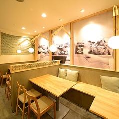 【カップル・ご夫婦・夜カフェに♪オシャレで寛げるテーブル席】2~4名様迄のテーブル席◎店内は、温かい雰囲気のウッドとグリーンをたくさん使い、まるで旅行先のカフェでお食事をしている様な雰囲気です。時間を忘れてお食事を楽しんで下さい。