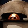 【PIZZERIA BACI】(ピッツェリア バーチ)では本格的な薪窯をご用意しております。焼きたての熱々ピッツァをお召し上がりください。