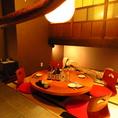 旅館のような空間が広がる個室は最大6名様までご利用可能。竹灯りが趣深い空間で、円卓を囲んでお楽しみください。