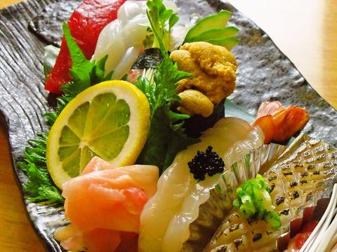 腕に覚え有りのご主人が新鮮な魚を握る。鮮やかな寿司が食べられるお店。