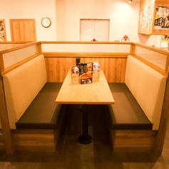 のんびりくつろげるソファータイプのボックス席はご家族でのお食事にも◎