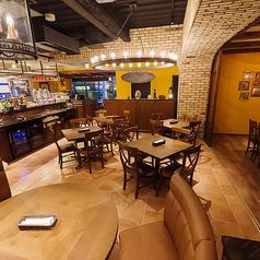 【テーブル席(2)】4~16名様まで 店内の中央にある4名掛けのテーブル席。ランチやお仕事帰りのディナーなど、気軽なシーンにおすすめです。店内の賑やかな雰囲気を感じながら、ワイワイ楽しいひとときをどうぞ!