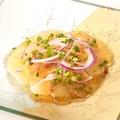 料理メニュー写真軽く炙った真鯛のカルパッチョ 和だしのジュレと柑橘系ドレッシング