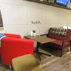 カラフルでお洒落な店内は椅子、テーブルが様々なのにどこかまとまった感じがしっくりと落ち着きます◎壁にはアットホームなシルエットも?!